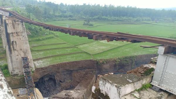 Jembatan KA putus di Brebes. (Foto: Dok. PT KAI Daop 5 Purwokerto)